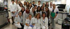 19 joves (+ professora) CFGS de l'especialitat de Laboratori de Diagnòstic clínic i Biomèdic de l'IES Francesc de Borja Moll visiten el Laboratori d'anàlisi clínics i microbiologia de la Policlínica Miramar (Grup Juaneda Miramar)