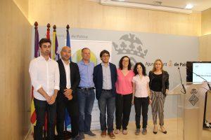 D'esquerra a dreta: Joaquín Almendro de Monitorizeme; Jordi Cubain, de DissetLab; Llorenç Pou, director general d'Economia; Joana Adrover, regidora de Treball; Iago Negueruela, conseller de Treball; Sílvia Mazzeta, de Ma-no, i Angela Russi, IT2B