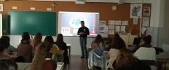 La empresa TESMA visita a 28 jóvenes del CFGM Auxiliar de Farmacia y CFGM de Atención a personas dependientes de La SalleL'empresa TESMA visita a 28 joves del CFGM Auxiliar de Farmàcia i CFGM d'Atenció a persones dependents