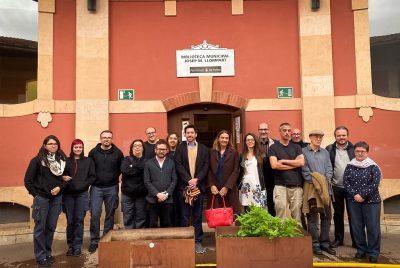 Alumnos-trabajadores de PalmaActiva de «Palma Micromachine IV» adaptan un ordenador de la biblioteca Josep Maria Llompart para personas con necesidades visuales y de movilidad
